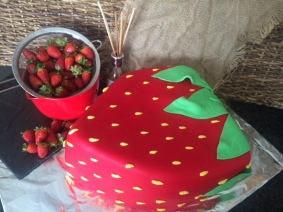 Vanilla Sponge / White Choc Ganache / Fresh Strawberries / Fondant Cover (made by James @ Val-Torta Creations)